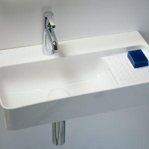 Bateria Val najlepiej będzie się prezentować z umywalkami Val. Jest to ciekawa propozycja, która w dodatku cechuje się ekologicznym przepływem wody 5,7 l/min. Cena: ok. 900 zł (bateria umywalkowa z korkiem automatycznym, chrom). Fot. Laufen