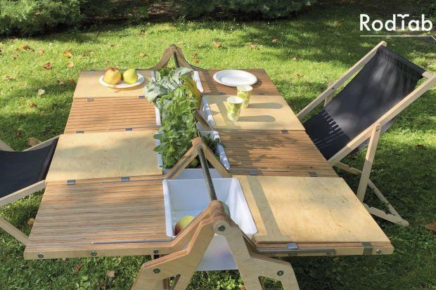 Wielofunkcyjny stół pozwala na wspólne biesiadowanie z rodziną i przyjaciółmi na działce. Jak wam się podoba pomysł Anny Andrzejewskiej, absolwentki wrocławskiej ASP?