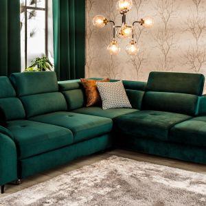 Piękna, tapicerowana sofa lub narożnik w kolorze głębokiej zieleni to wisienka na torcie w pokoju dziennym i gwarancja eleganckiej aranżacji. Fot. Salony Agata