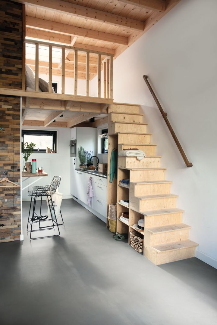 Małe domy mają subtelny urok i nie potrzeba wiele, by żyło się w nich komfortowo. Fot. Quick-Step