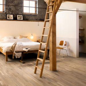 Mała przestrzeń wymusza stosowanie subtelnych rozwiązań. Nadmiernie ziarniste gatunki drewna i duże różnice w wyglądzie poszczególnych paneli wpływają na zbyt intensywny wygląd podłogi. Ten sam rodzaj podłogi powinien być wykorzystany w całym domu. Fot. Quick-Step