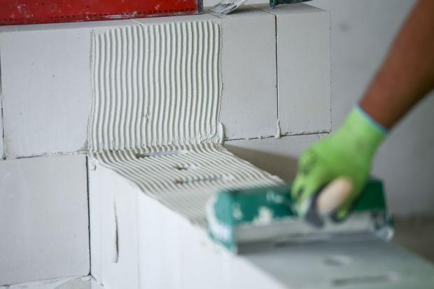 Murowanie na cienką spoinę jest nowoczesne, a praca na budowie idzie o wiele sprawniej. Wzniesione ściany są takżecieplejsze i bardziej stabilne.