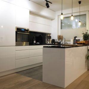 Biała kuchnia z półwyspem. Projekt: 4Rooms Studio. Zdjęcia: Zofia Roszkowska