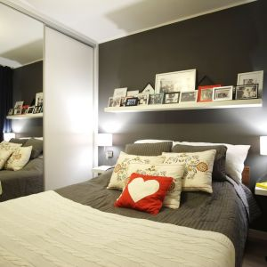 Czarna ściana za łóżkiem. Projekt: 4Rooms Studio. Zdjęcia: Zofia Roszkowska