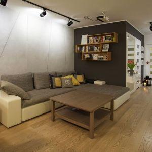 Wnętrze urządzono w prostym, nowoczesnym stylu. Projekt: 4Rooms Studio. Zdjęcia: Zofia Roszkowska