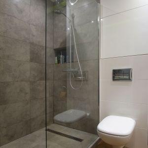 Łazienka z płaskim brodzikiem, urządzona w modnych szarościach. Projekt: 4Rooms Studio. Zdjęcia: Zofia Roszkowska