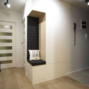 Przedpokój z funkcjonalną białą zabudową meblową. Projekt: 4Rooms Studio. Zdjęcia: Zofia Roszkowska