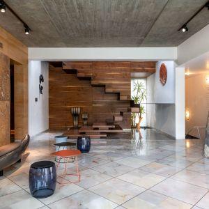 Piękne schody są ozdobą części dziennej. Projekt: NA Architects. Zdjęcia: Boca do Lobo