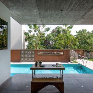 Taras z pokoju dziennego wychodzi prosto na basen. Projekt: NA Architects. Zdjęcia: Boca do Lobo