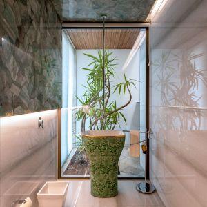 Jedna z łazienek. Projekt: NA Architects. Zdjęcia: Boca do Lobo