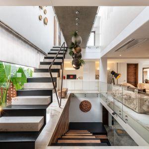 Dzięki umiejętnemu stosowaniu przeszkleń wnętrze jest bardzo dobrze oświetlone. Projekt: NA Architects. Zdjęcia: Boca do Lobo