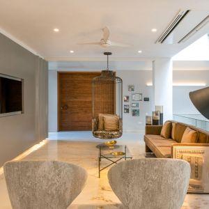 Piętro domu także urządzone w naturalnym stylu. Projekt: NA Architects. Zdjęcia: Boca do Lobo
