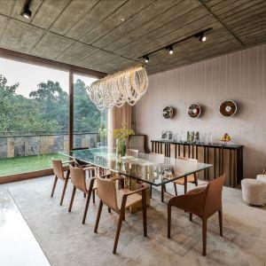 Jadalnia, podobnie jak inne pomieszczenia, otwiera się na ogród. Projekt: NA Architects. Zdjęcia: Boca do Lobo