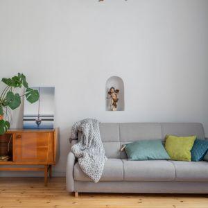 Zielone tekstylia doskonale prezentują się w otoczeniu drewna i spokojnych szarości. Projekt: Marta Kodrzycka, Marta Wróbel. Fot. Magdalena Łojewska