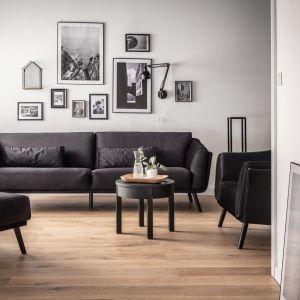 Poza stolikiem kawowym czy wygodnym fotelem, które stanowią punkt obowiązkowy każdego salonu, warto też dobrać praktyczne pufy. Fot. VOX
