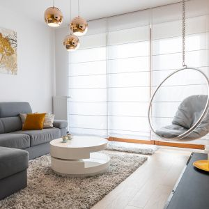 Fotel wiszący pozwoli na zyskanie więcej miejsca w niewielkim salonie. Projekt: Irmina Miernikiewicz. Fot. Katarzyna Dobosz