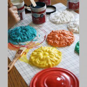 Farba dekoracyjna Blask koloru od marki Liberon. To doskonały sposób na wprowadzenie do wnętrza fantazyjnej odwagi w oryginalnym, barwnym wydaniu. Zdjęcia i realizacja Pani to Potrafi.