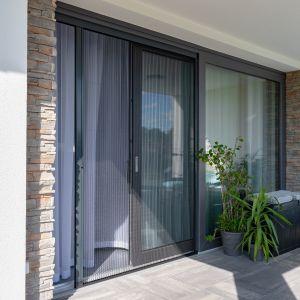 Bardzo skuteczną ochronę przed owadami oferują moskitiery, które montuje się w oknach, drzwiach balkonowych i tarasowych. Fot. MS więcej niż Okna