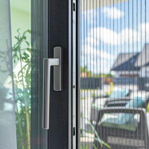 Pierwszy, najbardziej popularny i ekonomiczny wariant oferowany przez MS więcej niż Okna, to moskitiery ramkowe. W tym przypadku wykonane z włókna szklanego siatki osadzone są w wytrzymałych, aluminiowych ramkach dopasowanych do wymiarów konkretnych okien.