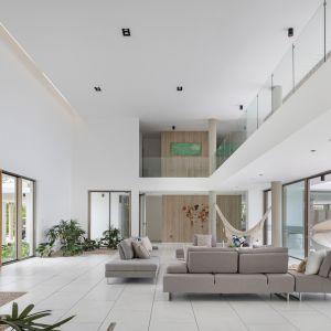 Dom Arrecife Royale, Dominikana. Część dzienna urządzona w prostym, minimalistycznym stylu. Zdjęcia: Vondom