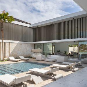 Dom Arrecife Royale, Dominikana. Najważniejszym elementem rezydencji są z pewnością piękne baseny z luksusowymi meblami ogrodowymi. Zdjęcia: Vondom