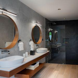 Dom Arrecife Royale, Dominikana. Jedna z łazienek - zastosowano tu naturalne kolory i materiały, w tym wszechobecne drewno. Zdjęcia: Vondom