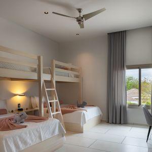 Dom Arrecife Royale, Dominikana. Przestronny pokój, który może służyć jako sypialnia dzieci. Zdjęcia: Vondom