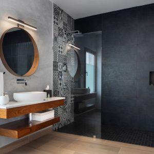 Dom Arrecife Royale, Dominikana. Wygodny prysznic bez brodzika, umywalka na drewnianym blacie, modne matowe płytki w strefie prysznica. Zdjęcia: Vondom