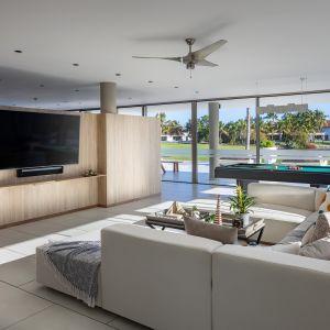 Dom Arrecife Royale, Dominikana. Duży metraż pozwolił na zaaranżowanie przestronnej części dziennej i rozrywkowej. Zdjęcia: Vondom