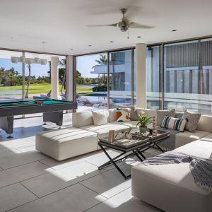 Dom Arrecife Royale, Dominikana. okna części dziennej wychodzą na basen i ogród. Zdjęcia: Vondom