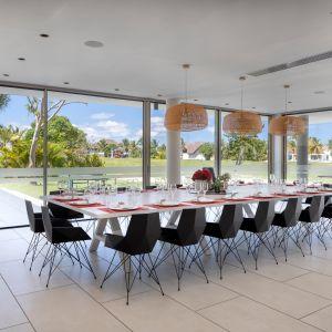 Dom Arrecife Royale, Dominikana. Piękna duża jadalnia z widokiem na tropikalny ogród. Zdjęcia: Vondom