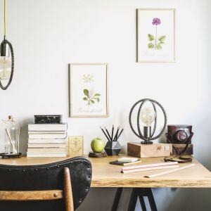 Biała ściana to najlepsze towarzystwo kolorystyczne dla drewnianych mebli. Na zdjęciu Tikkurila Optiva Matt 5, kolor Marble. Fot. Tikkurila