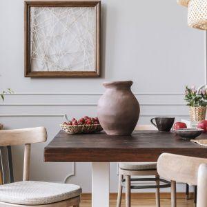 Niebanalnym rozwiązaniem będzie połączenie we wnętrzu wyposażenia w różnych wybarwieniach drewna. Jasne tonacje krzeseł będą łagodnie kontrastować z blatem stołu w kolorze ciemnego dębu. Fot. Tikkurila