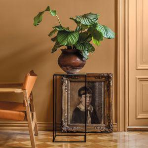 Monochromatyczna aranżacja w musztardowym odcieniu stworzy ciekawy duet z dopasowanym kolorystycznie drewnianym krzesłem w stylu vintage, zachwycając estetyką z dawnych lat. Fot. Tikkurila
