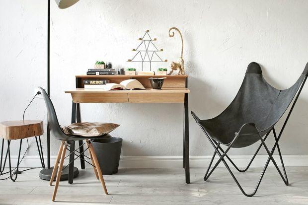 Lekkie, drewniane, proste - pełne uroku biurka w skandynawskim stylu ozdobią pokój nastolatka lub domowe miejsce pracy jego mamy lub taty. Wybraliśmy dla was 5 designerskich modeli polskich producentów.