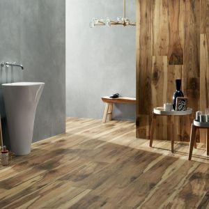 Kolekcja Wood Land Brown marki Korzilius pięknie imituje drewno. Na zdjęciu: w połączeniu z płytką wielkoformatową z kolekcji Epoxy Graphite. Dostępne w ofercie firmy Ceramika Tubądzin. Cena: ok. 134 zł/m2 (1198x190 mm), ok. 155 zł/m2 (Epoxy, 598x598 mm). Fot. Ceramika Tubądzin