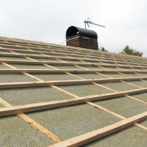 Do najczęstszych przyczyn przecieków dachu skośnego zalicza się nieprawidłowo ułożone pokrycie, niewłaściwie uszczelnione okna dachowe czy źle zamontowane obróbki blacharskie. Fot. Paroc