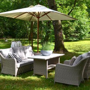Beżowe meble i jasnoszare dodatki to świetny wybór do ogrodu. Fot. Miloo Home