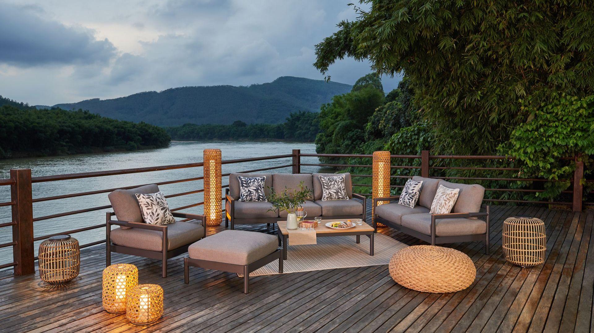 W strefach wypoczynku w stylu urban jungle sprawdzą się bambusowe tace i lampiony, drewniane stojaki na kwiaty czy tekstylia w stonowanych barwach ziemi. Fot. Miloo Home