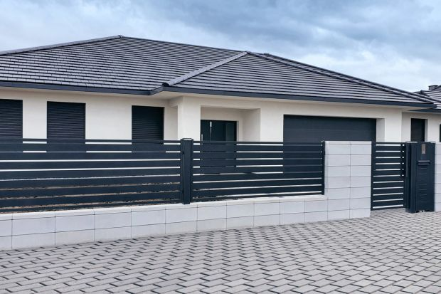 Ogrodzenie powinni być stylistycznie dopasowane do architektury budynku i charakteru jego otoczenia. Warto o tym pamiętać. I wart też zwrócić uwagę na słupki, na których będą montowaneprzęsła, brama czy furtka.