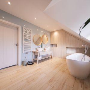 W łazience głównej drewno doskonale połączono z jasnymi, miętowymi płytkami.  Projekt i zdjęcia: Joanna Ochota