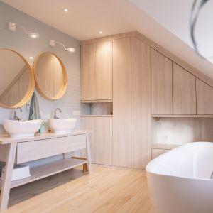 W rodzinnej łazience znalazło się miejsce na piękną wolnostojącą wannę oraz dwie umywalki. Projekt i zdjęcia: Joanna Ochota