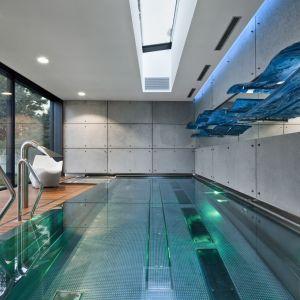 Wrażenie robi przestronny taras, dostępny z salonu, który jest również zewnętrznym przejściem na kryty basen. Projekt i zdjęcia: Arch-Deco