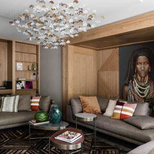 Niezwykły portret pięknej, afrykańskiej kobiety został umieszczony na ścianie, którą wykończono fornirowaną okładziną. Projekt: Magdalena Bielicka, Maria Zrzelska-Pawlak. Fot. Fotomohito