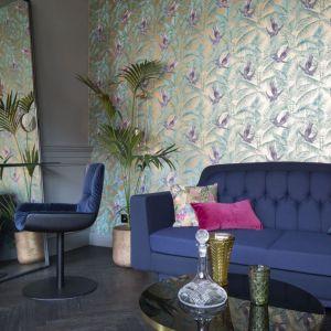 Główną ścianę eleganckiego salonu zdobi egzotyczna tapeta ze złotymi elementami. Projekt: Michał Gulajski, Wnętrza Michała, Fot. Piotr Mastalerz
