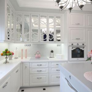 Spójny klimat wnętrz projektantka uzyskała konsekwentnie stosując w całym domu kolorystykę, opartą o paletę bieli i szarości. Projekt Edyta Niewińska, EnDecoration. Fot. Bartosz Jarosz