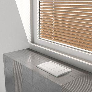 Okno w łazience dostarcza do pomieszczenia naturalne światło, rozjaśnia, powiększając optycznie nawet niewielką przestrzeń. Fot. TECEplanus montaż pod oknem