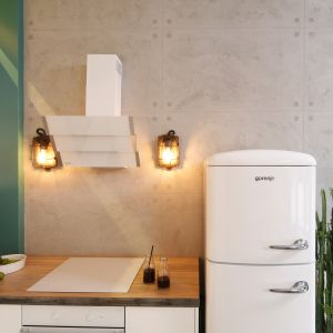 Beton na ścianie w kuchni prezentuje się niezwykle efektownie. Projekt Nowa Papiernia