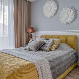 Ścianę za łóżkiem wykończono szarą farbą i połączono z białyą sztukaterią. Projekt: Marta Piórkowska-Paluch. Fot. Andrzej Czechowicz