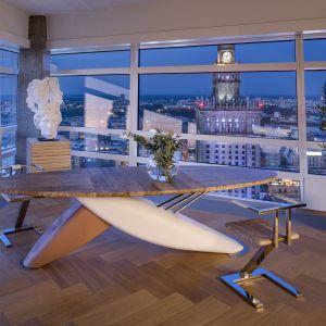 Aranżacja apartamentu na 43. piętrze Złotej 44 to połączenie natury, sztuki i najwyższej jakości wykończenia wnętrz. Fot. Złota 44